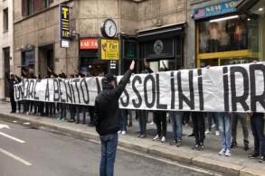 مشجعو لاتسيو يرفعون لافتة تحية لموسوليني في ميلانو