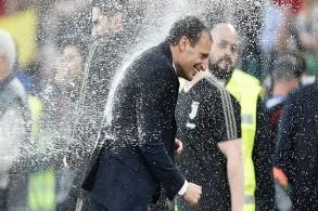 ماسيميليانو أليغري يحتفل باحراز يوفنتوس لقب الدوري الإيطالي