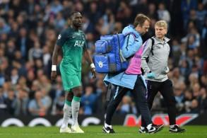 موسى سيسوكو يخرج مصابا من مباراة فريقه توتنهام هوتسبر ضد مانشستر سيتي