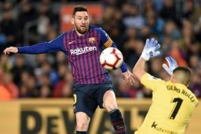 ليونيل ميسي قائد برشلونة في مواجهة حارس ريال سوسييداد جيرونيمو رولي