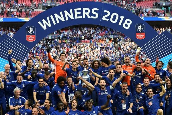 لاعبو تشلسي يحتفلون بتتويجهم بكأس انكلترا بفوزه على مانشستر يونايتد في نهائي عام 2018. 19 ايار/مايو 2018