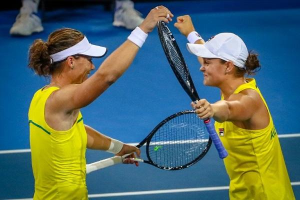 الأستراليتان آشلي بارتي (الى اليمين) وسامنتا ستوسور تحتفلان ببلوغ الدور النهائي لكأس الاتحاد في كرة المضرب في 21 نيسان/أبريل 2019.