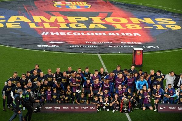لاعبو فريق برشلونة يحتفلون بتتويجهم بلقب الدوري الإسباني لكرة القدم في 27 نيسان/أبريل 2019.