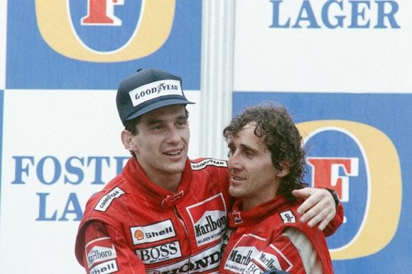 صورة مؤرخة 12 تشرين الثاني/نوفمبر 1988 تجمع بين السائقين البرازيلي إيرتون سينا (الى اليسار) والفرنسي ألان بروست على منصة جائزة أستراليا الكبرى.