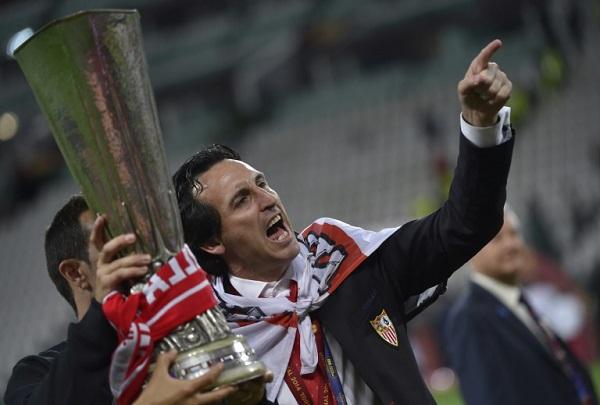 مدرب أرسنال الإنكليزي الحالي الإسباني أوناي إيمري يحتفل بتتويجه بلقب الدوري الأوروبي عندما كان يشرف على تدريب إشبيلية