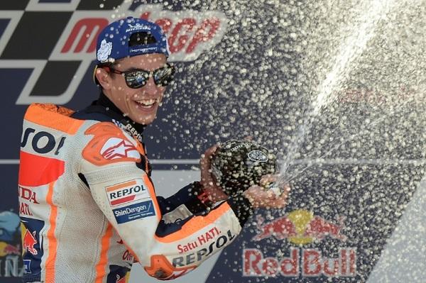 الدراج الاسباني مارك ماركيز (هوندا) يحتفل بعد فوزه بجائزة بلاده الكبرى للدراجات النارية
