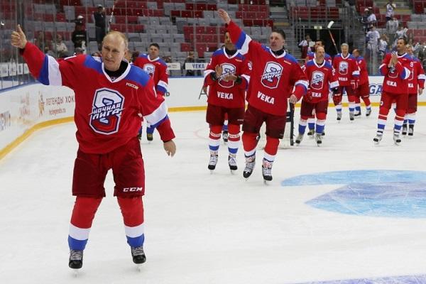 الرئيس الروسي فلاديمير بوتين يحيي الجهور خلال مباراة هوكي على الجليد في سوتشي في 10 ايار/مايو 2019
