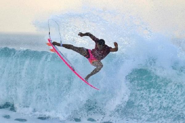 مراهق إندونيسي يهزم بطل العالم في ركوب الأمواج في بالي