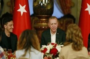 أوزيل بجانب أردوغان خلال مأدبة رمضانية في اسطنبول