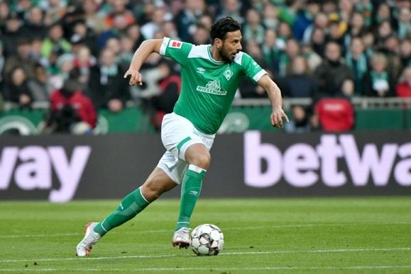 البيروفي كلاوديو بيتزارو خلال مباراة فريقه فيردر بريمن مع ضيفه بوروسيا دورتموند في الدوري الألماني لكرة القدم