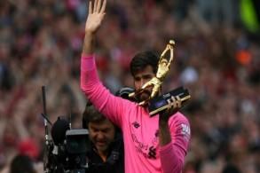 البرازيلي أليسون يحمل جائزة القفاز الذهبي بعدما حافظ على نظافة شباك فريقه ليفربول في 21 مباراة من أصل 38 في الدوري الإنكليزي