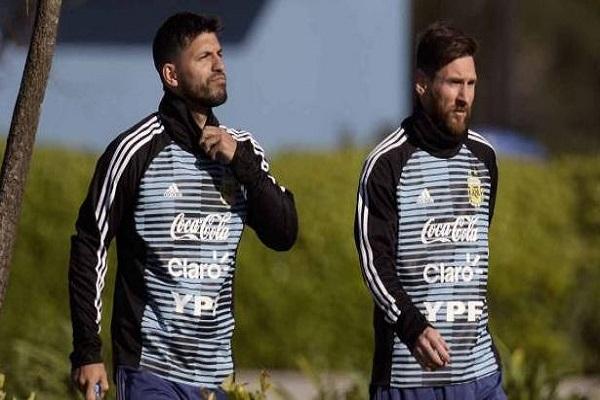 أغويرو يدافع عن ولاء ميسي لمنتخب الأرجنتين