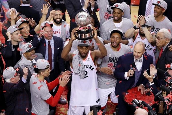 كواهي لينارد يرفع كأس المنطقة الشرقية بعد التغلب على ميلووكي باكس وبلوغ نهائي دوري كرة السلة الأميركي للمحترفين
