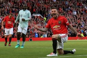 ديفيبد بيكهام (يمين بالقمبص الأحمر) يسجل الهدف الخامس لقدامي يونايتد في مرمى قدامي بايرن ميونيخ (5-صفر) في مباراة خيرية