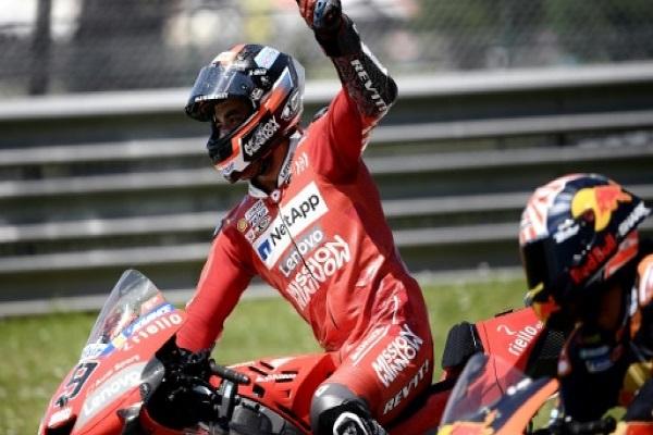 الدراج الإيطالي دانيلو بتروتشي (دوكاتي) يحتفل بفوزه يجائزة إيطاليا الكبرى