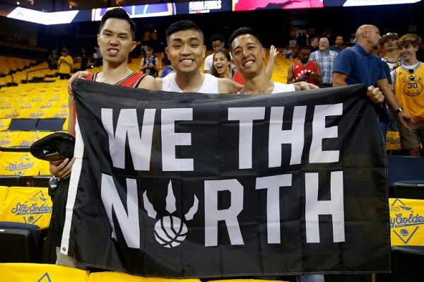 مشجعون لتورونتو رابتورز يرفعون لافتة كتب فيها