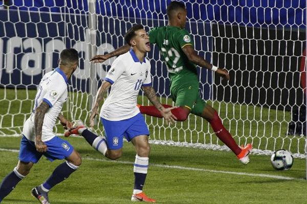 فرض لاعب الوسط فيليبي كوتينيو نفسه نجما للقاء بتسجيله هدفين في مستهل الشوط الثاني