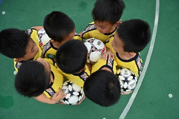 أطفال صينيون خلال تمرين على كرة القدم في روضة أطفال في مدينة شنغهاي الصينية