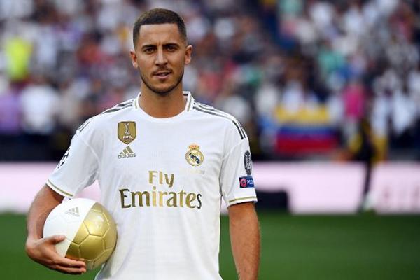 قدم نادي ريال مدريد الاسباني لكرة القدم الخميس لاعبه الجديد الدولي البلجيكي إدين هازارد على ملعبه سانتياغو برنابيو