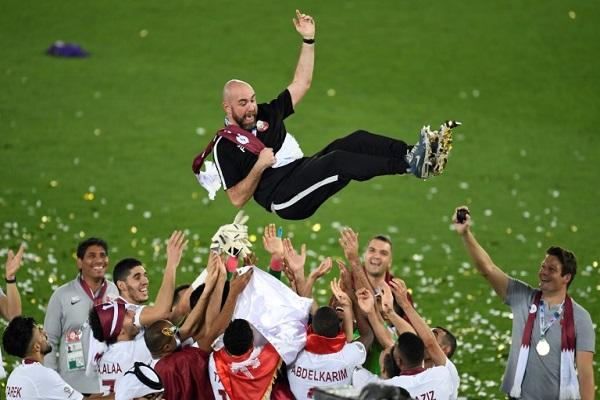 لاعبو منتخب قطر يحتفلون بمدربهم الإسباني فيليكس سانشيز بعد التتويج بلقب كأس آسيا 2019 في الإمارات