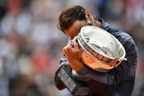 الإسباني رافايل نادال يحضن كأس بطولة رولان غاروس الفرنسية في كرة المضرب