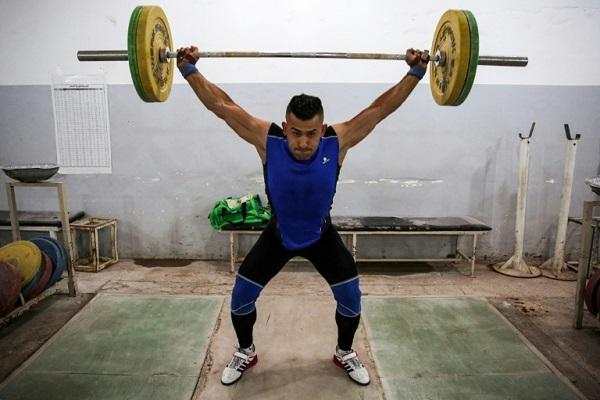 الرباع العراقي صفاء راشد يتدرب في قاعة رياضية في بغداد، في صورة مؤرخة 30 أيار/مايو 2019.
