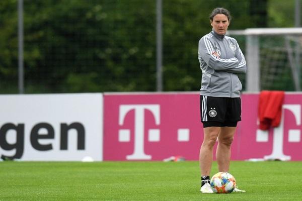 بيرغيت برينتس، المهاجمة السابقة والمتخصصة النفسية في صفوف منتخب السيدات الألماني لكرة القدم، خلال حصة تدريبية