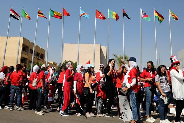 مشجعات بالقرب من استاد القاهرة قبل مباراة الافتتاح