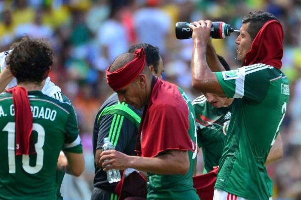 استراحة للتزود بالماء في مباراة المكسيك وهولندا في مونديال 2014 في البرازيل