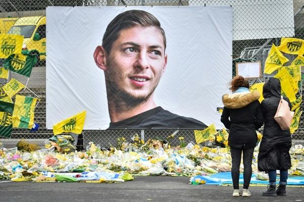 صورة للمهاجم الراحل الأرجنتيني إيميليانو سالا خارج ملعب ناديه السابق نانت الفرنسي