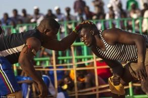 في السودان المصارعون يعودون إلى الحلبة رغم العنف