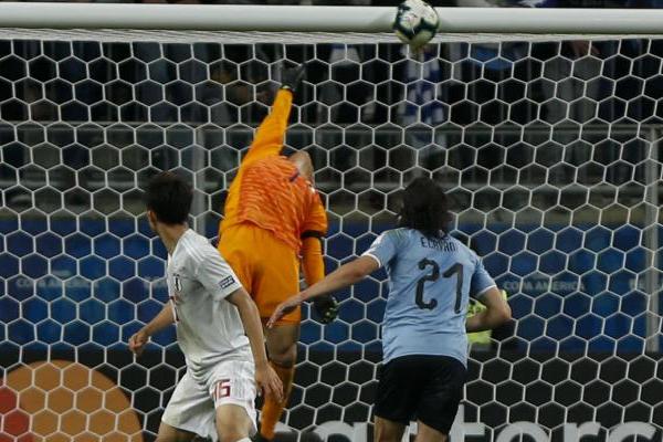 استهلت الاوروغواي المباراة بالضغط على مرمى اليابان