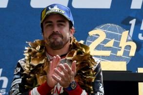 الإسباني فرناندو ألونسو بعد فوزه على متن سيارة تويوتا بسباق 24 ساعة في لومان