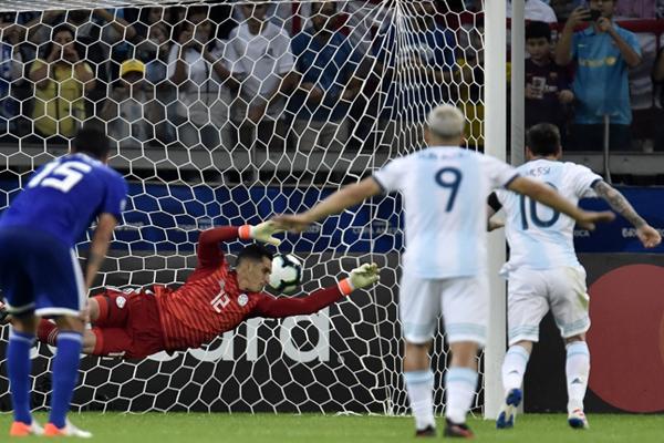 عادل ميسي للأرجنتين من ركلة جزاء في الدقيقة 57