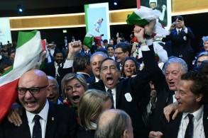 افراد وفد مدينة ميلانو/كورتينا يحتفلون بعد نيل ميدنتهم شرف تنظيم الالعاب الاولمبية الشتوية عام 2026.