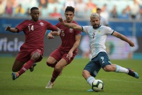 مهاجم الارجنتيني سيرخيو أغويرو يحاول التسديد أمام مدافعين قطريين في مباراة الجولة الثالثة في كوبا أميركا