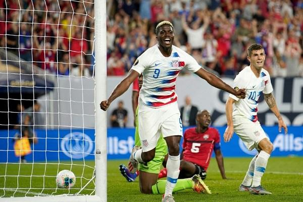 لاعب المنتخب الأميركي غيازي زارديس (رقم 9) يحتفل بعد التسجيل في مرمى ترينيداد وتوباغو خلال مباراة الفريقين في الدور الأول من بطولة الكأس الذهبية