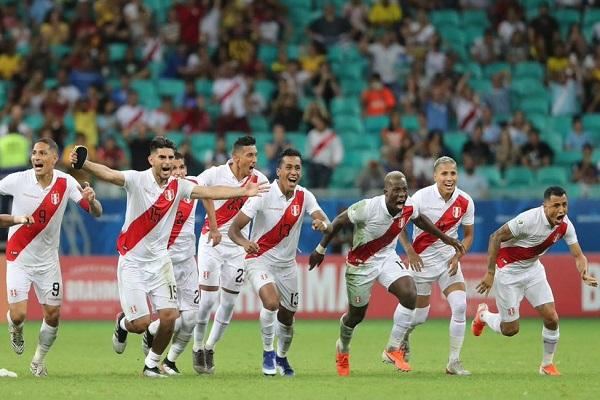 البيرو تفاجىء الأوروغواي بركلات الترجيح وتبلغ نصف النهائي