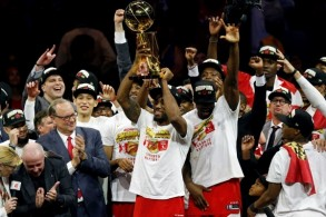 لينارد يرفع بمعية زملائه في تورونتو رابتورز، كأس دوري كرة السلة الأميركي