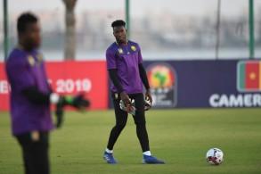 حارس مرمى الكاميرون اندريه اونانا في حصة تدريبية له قبل مواجهة غينيا بيساو ضمن كأس الامم الافريقية