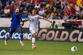 مدافع هايتي جيمي-بند أليكسيس (يسار) يتنافس على الكرة مع جناح كوستاريكا راندال ليال