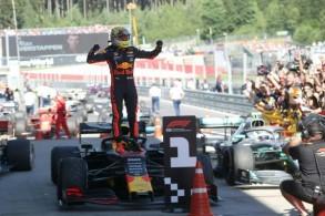 سائق ريد بول الهولندي ماكس فيرشتابن يحتفل بفوزه بجائزة النمسا الكبرى على حلبة ريد بول