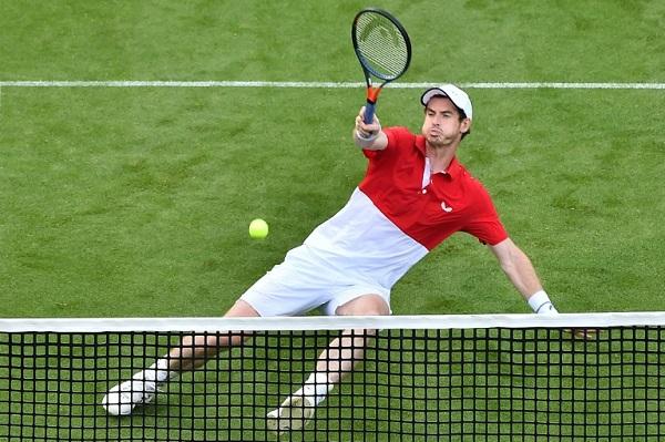 البريطاني أندي موراي خلال مشاركته في دروة إيستبورن الإنكليزية في كرة المضرب