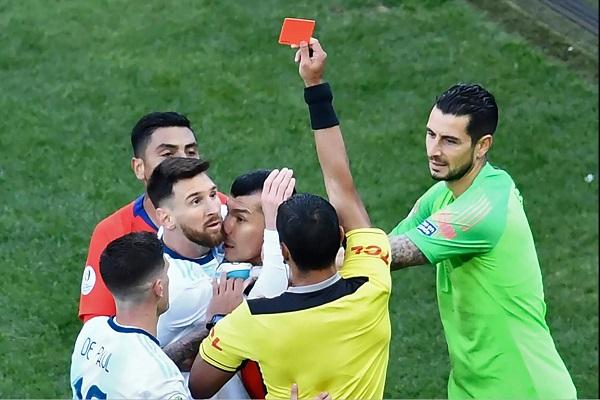 لحظة طرد ميسي في مباراة تشيلي