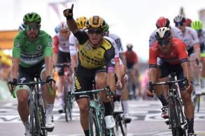 الدراج الهولندي ديلان غرونيجين يحتفل بفوزه بالمرحلة السابعة من طواف فرنسا