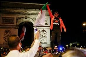 مشجعون للمنتخب الجزائري يحتفلون على جادة الشانزيليزيه في باريس، بفوزه على نيجيريا في نصف نهائي كأس الأمم الإفريقية