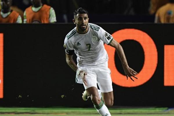 فجر رياض محرز فرحة جنونية في أرض الملعب والمدرجات، بتسجيل ركلة حرة في الدقيقة 90+5