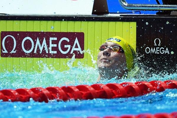 السويدية سارة سيوستروم بعد فوزها بذهبية سباق 50 م فراشة ضمن بطولة العالم للسباحة