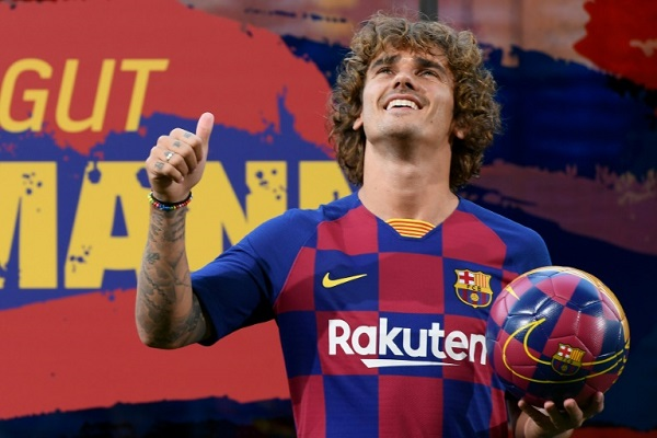 مهاجم برشلونة الجديد أنطوان غريزمان لحظة تقديمه رسميا كلاعب على ملعب كامب نو
