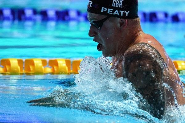 الاسترالي آدم بيتي خلال الدور نصف النهائي لسباق 100 م صدرا